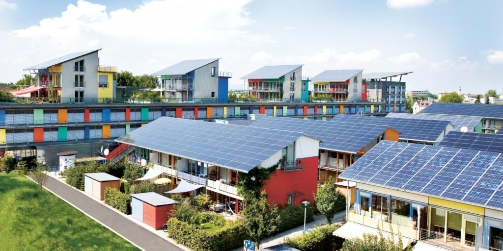 Solarsiedlung_im_Hintergrund_das_Sonnenschiff1-1300x650
